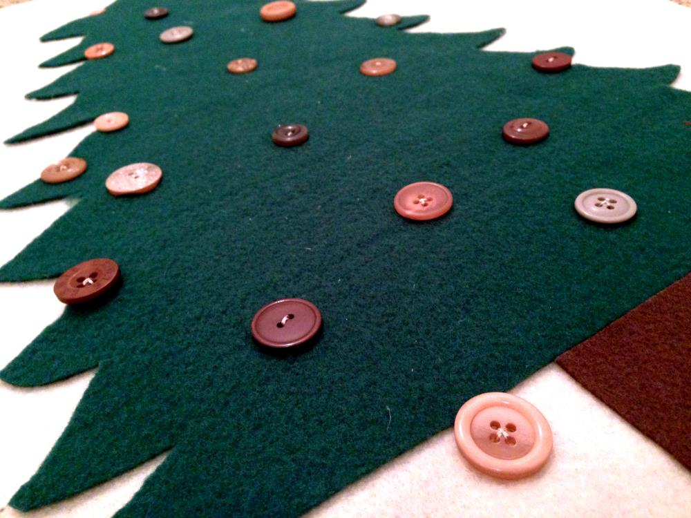 Making the Button Tree for the DIY Advent Calendar Made of Felt