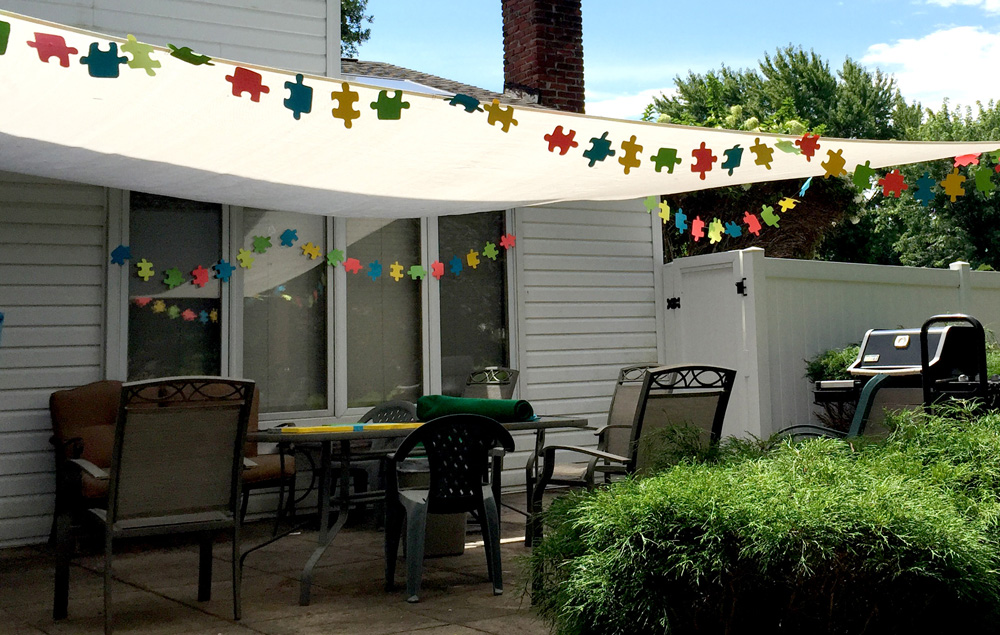 Decorating with puzzle pieces for a puzzle theme party
