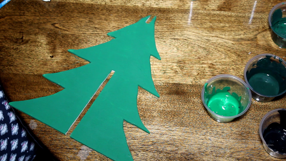 Painting a 3D wooden Christmas tree in green buffalo check