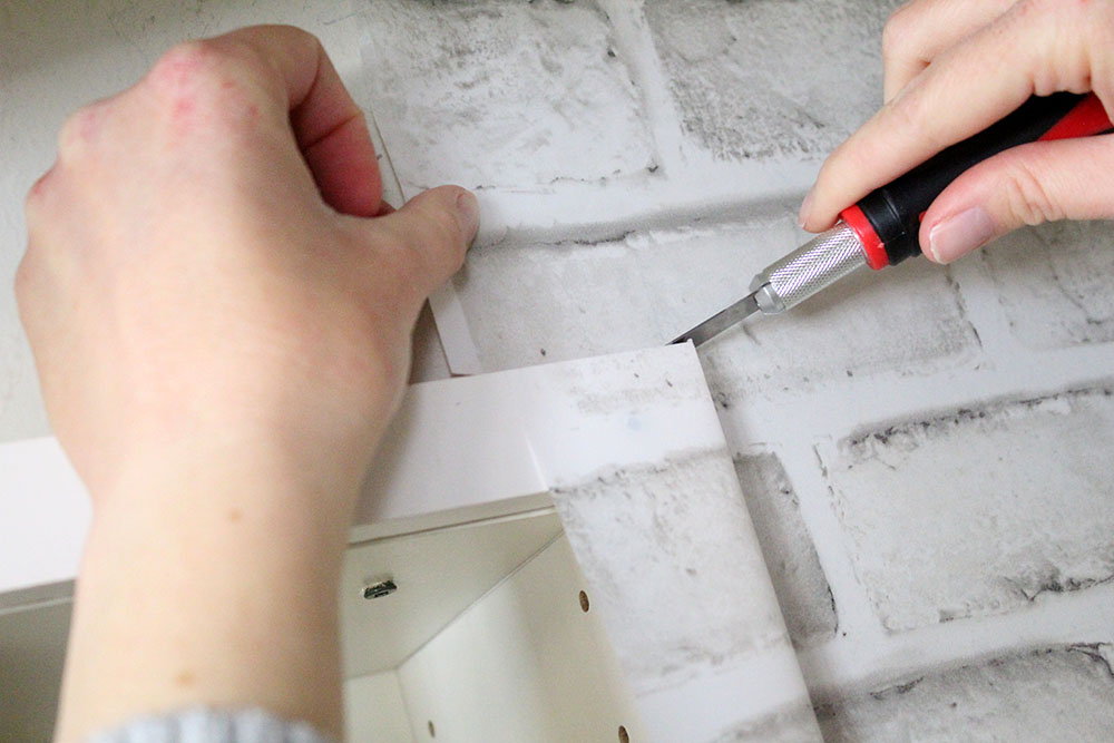 How to hang DIY wallpaper around the edges - tips and tricks for adhesive wallpaper